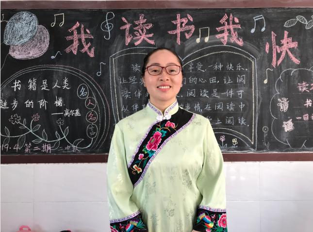 今年35岁的马影翠老师告诉总书记,师范毕业后,她回到母校中益乡小学当老师,今年已经17年了。马老师是二年级班主任、语文老师,也是全校的少先大队辅导员。这是马影翠老师在二年级教室。