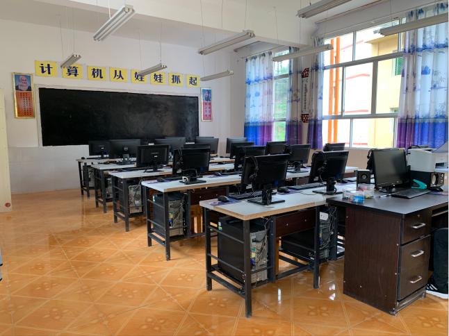 这所大山里的小学配备了计算机、音乐、书法、劳动技术等专门教室。这是计算机教室。