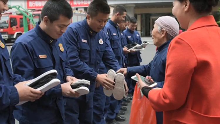 92岁奶奶亲手做18双布鞋送给消防员:你们辛苦!