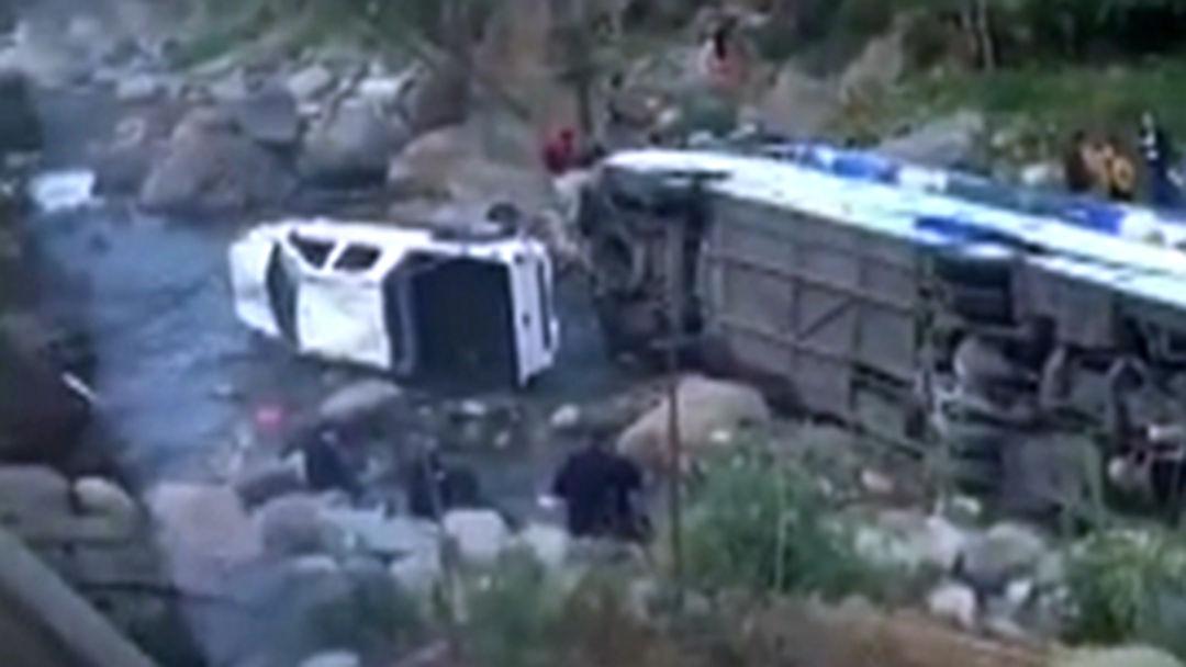 泸沽湖旅游大巴坠河致8人受伤 疑因后车超车导致