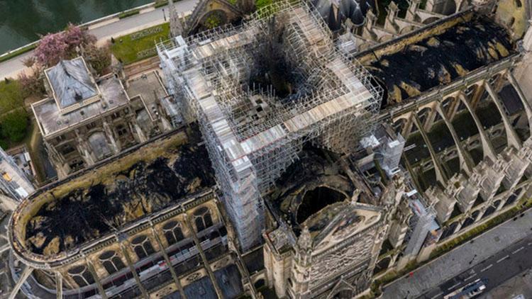 巴黎圣母院发航拍照 屋顶尖塔部分只剩黑色破洞