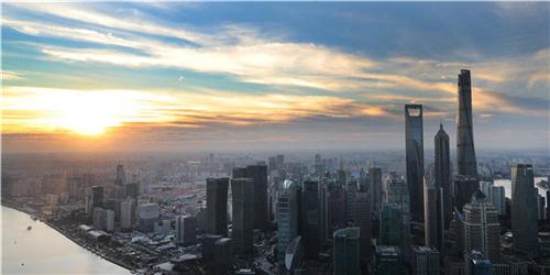清晨从上海浦西第一高楼白玉兰广场俯瞰浦东陆家嘴金融城楼群(2018年11月1日摄)。新华社记者 方喆 摄