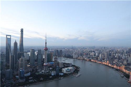 从上海浦西第一高楼白玉兰广场俯瞰浦江两岸(2018年11月1日摄)。新华社记者 方喆 摄