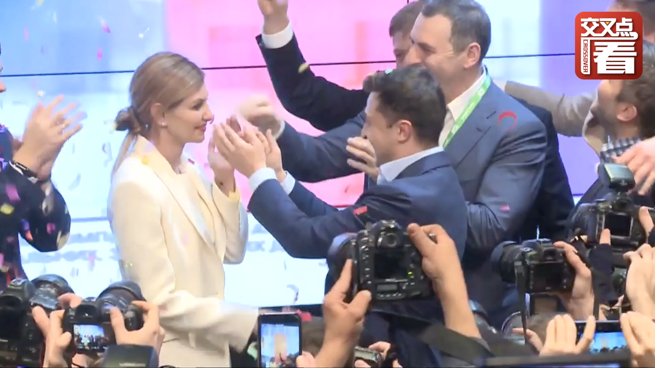泽连斯基胜选后兴奋举着手机和主持人连线谈感受