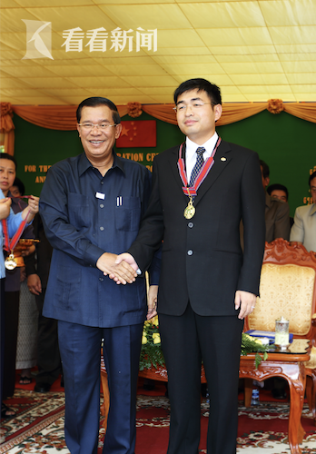柬埔寨首相洪森给张常剑授勋