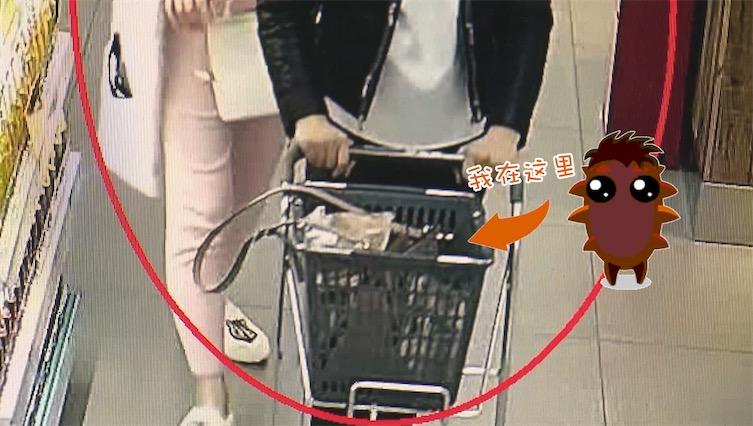 好闺蜜?俩女子逛超市 互相