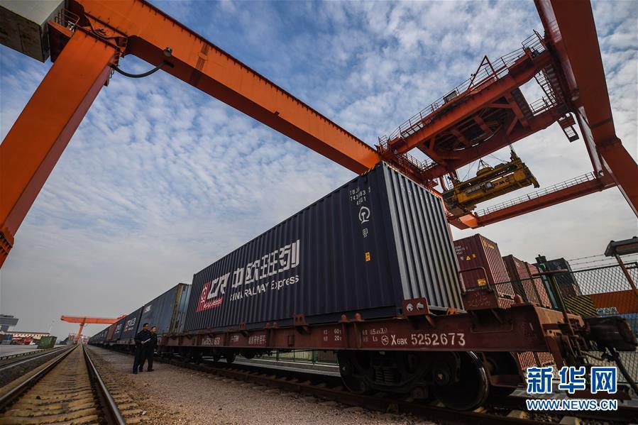 2017年11月8日,在浙江义乌西站,满载出口货物的中欧班列即将启程。 新华社记者 徐昱 摄