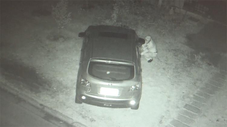 业主违停绿化带屡劝不听 保安4次扎破车胎警告