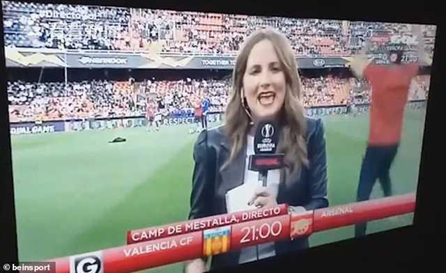 女子做欧联杯赛前播报被球砸中头 网友:危险职业