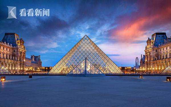 法国卢浮宫的玻璃金字塔