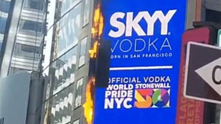 纽约时代广场巨型电子广告牌着火 交通一度封锁