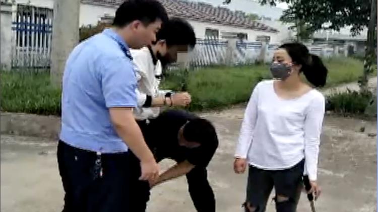 女警乔装诱捕连环猥亵犯 被拖行数米多处受伤