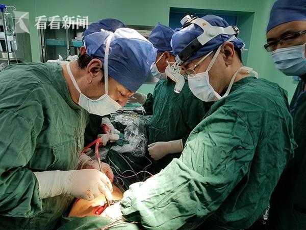 上海胸科医院胸外科医生茅腾(左一)在当地开展胸外科微创手术