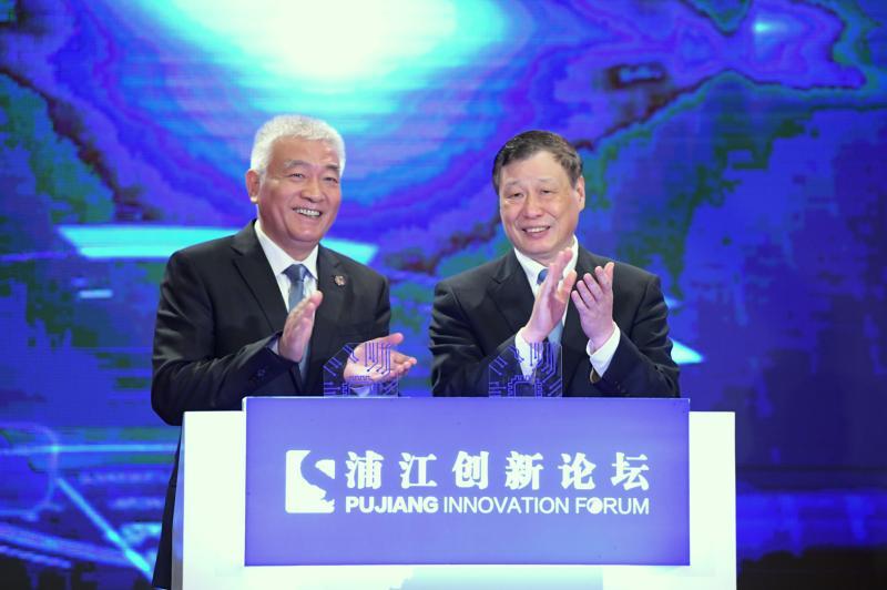 图为王志刚与上海市委副书记、市长应勇共同启动上海国家新一代人工智能创新发展试验区