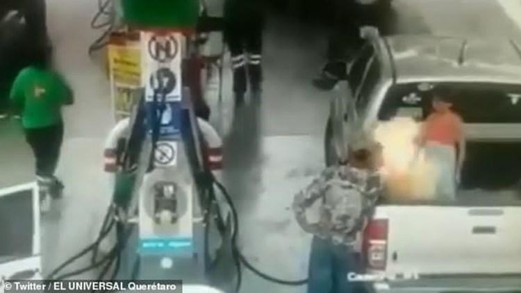 女孩衣服静电引燃老爸车上油桶 加油机瞬间爆燃