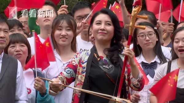 二胡演奏家马晓晖用二胡演奏起《我和我的祖国》。
