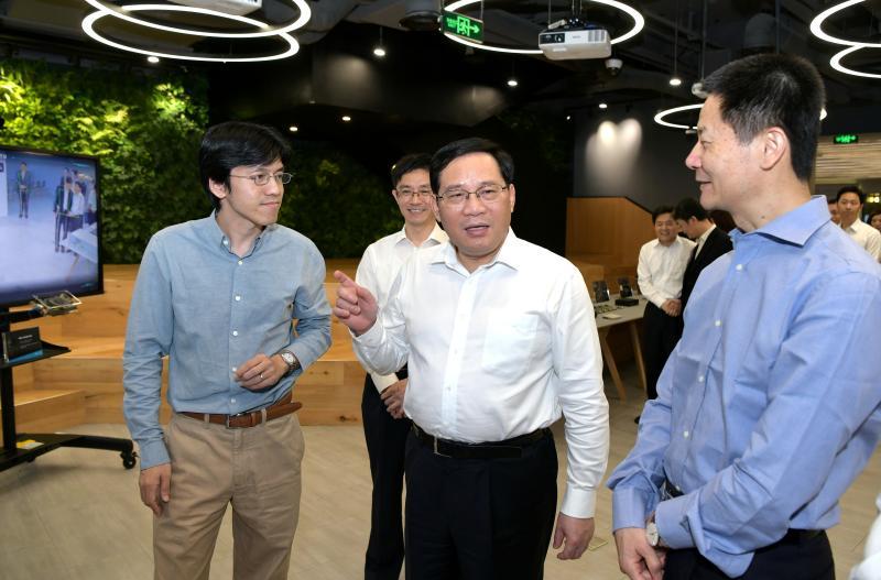 图为在上海依图网络科技有限公司调研