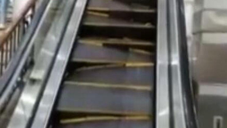 死里逃生!商场扶梯突然崩裂 台阶一级级搅碎...