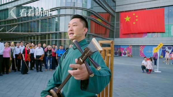 伴随着优美的三弦琴声,国家一级演员、上海评弹团团长高博文以独特的戏曲唱腔演绎《我和我的祖国》