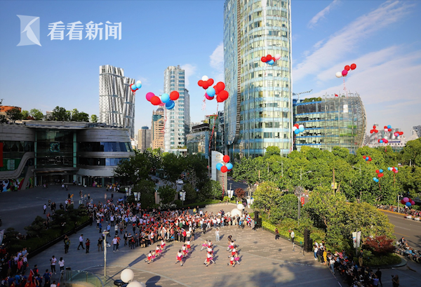 上海市学生艺术团仲盛舞蹈团的学生们为祖国母亲放飞多彩的祝福(吴平摄)