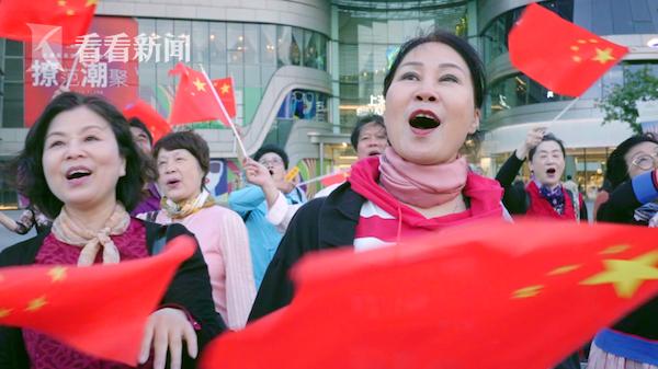 快闪活动现场,人们高歌《我和我的祖国》