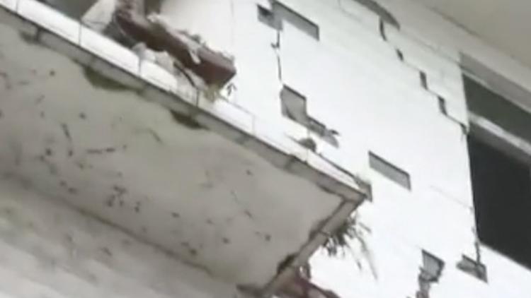 看看新闻记者直击震后现场:当地居民在车中过夜