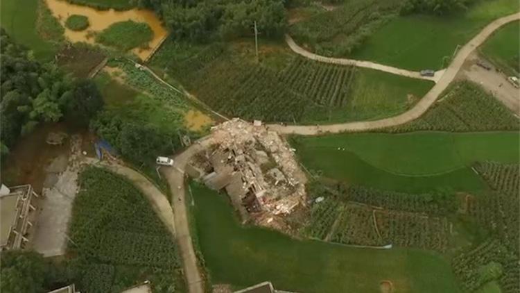 航拍震中双河镇:一栋房屋几乎全部坍塌