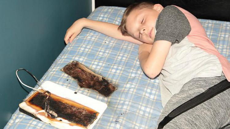 男孩将三星平板放头边睡觉 床被烧一大洞险丧命