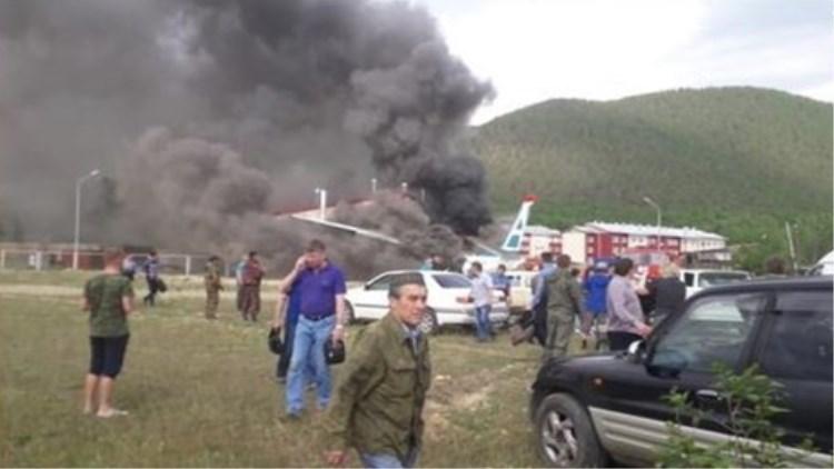 舱内视频!俄客机紧急迫降冲出跑道 两飞行员罹难