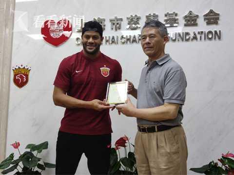 上海市慈善基金会向胡尔克颁发了证书