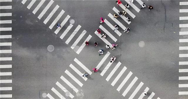 在淮海中路黄陂南路路口,行人遵守秩序过马路。新民晚报记者 陈梦泽 摄