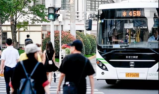 淮海中路宝庆路交叉路口,一辆准备右转的45路公交车停在斑马线前礼让行人。新民晚报记者 陈梦泽 摄