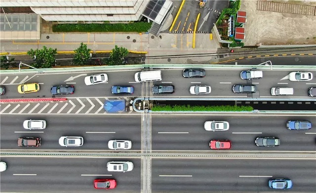 在内环高架内圈武宁路上匝道处,车辆交替通行。新民晚报记者 陈梦泽 摄