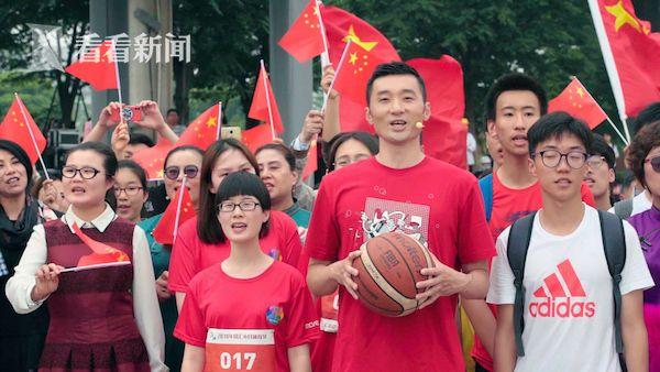 篮球运动员刘炜带着青年们高歌