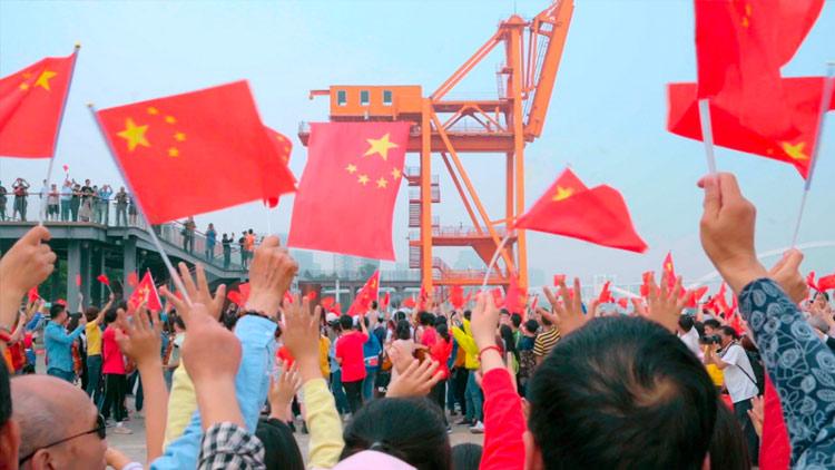 徐汇滨江千人快闪唱响 《我和我的祖国》