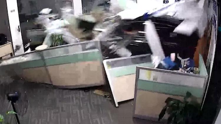 女学员偷练车 一脚油门车竟横穿办公室还压了人