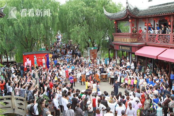 七宝老街广场《我和我的祖国》快闪吸引了大批游客和居民
