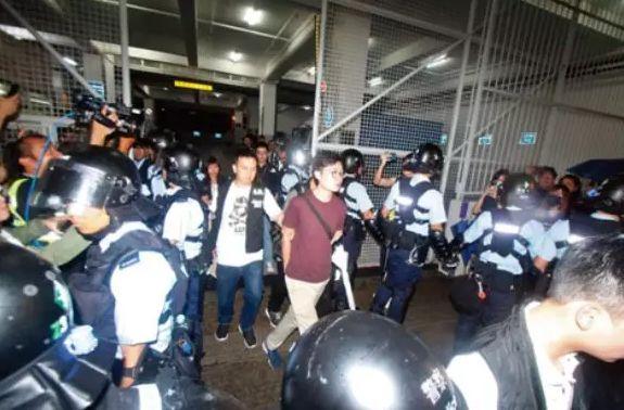 """香港警方捣毁暴力分子武器库,""""港独""""头目陈浩天被捕"""