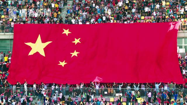 巨幅国旗出现,主看台瞬间成了一片红色海洋