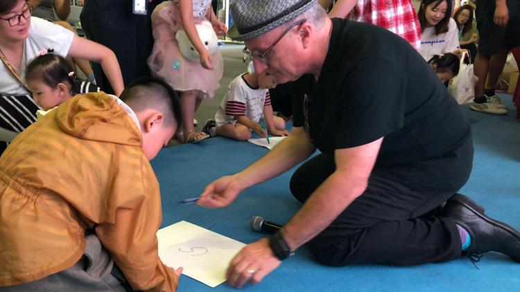 创意大师巴尼·萨尔茨堡带领孩子们放飞想象力