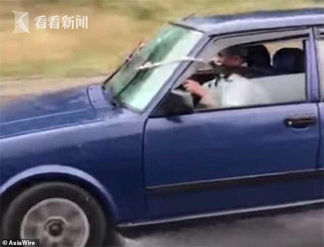 视频|亲生的!雨刮器坏了 老爸让女儿用绳子手动拉