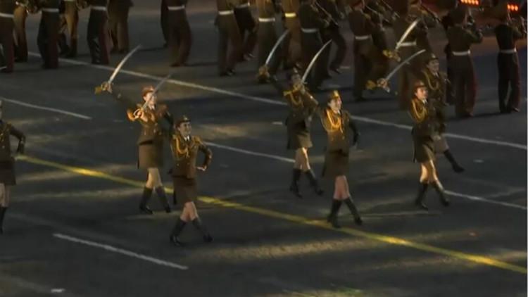 朝鲜军乐团亮相红场 女兵穿短裙持刀起舞引关注