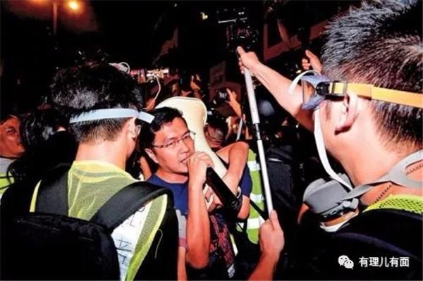 △图为区诺轩刻意挡在警方防线前面,阻碍警方清场