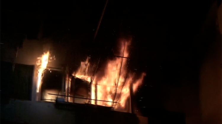 危险!凌晨烧夜宵忘记关火 5楼居民家中燃起大火