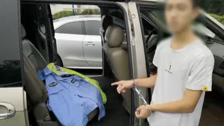 男子冒充警察现场执法 一个手势暴露其身份…