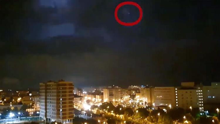 """暴风雨中闪现""""银色UFO"""" NASA已介入调查"""