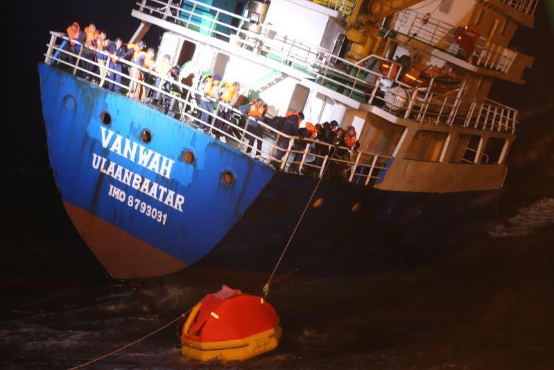 蒙古籍集装箱船进水倾斜 东海救助局紧急救助