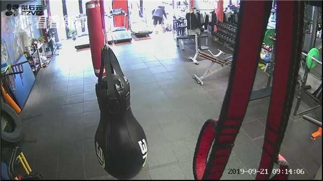 视频|白叟健身房避雨门口失慎摔倒 家属:幸好有他