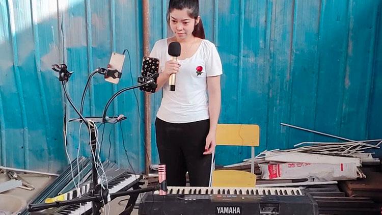 收废品女孩垃圾堆里捡乐器 自编自唱追逐音乐梦