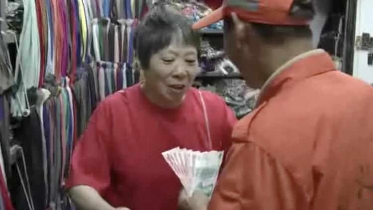 环卫工人正在作业 路过阿姨突然塞800元:辛苦了